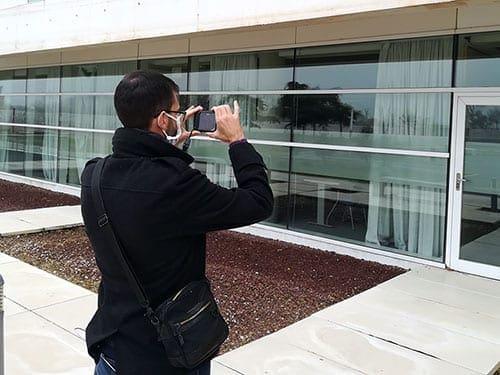 técnicos trabajando en la toma de datos durante su visita a los edificios a auditar
